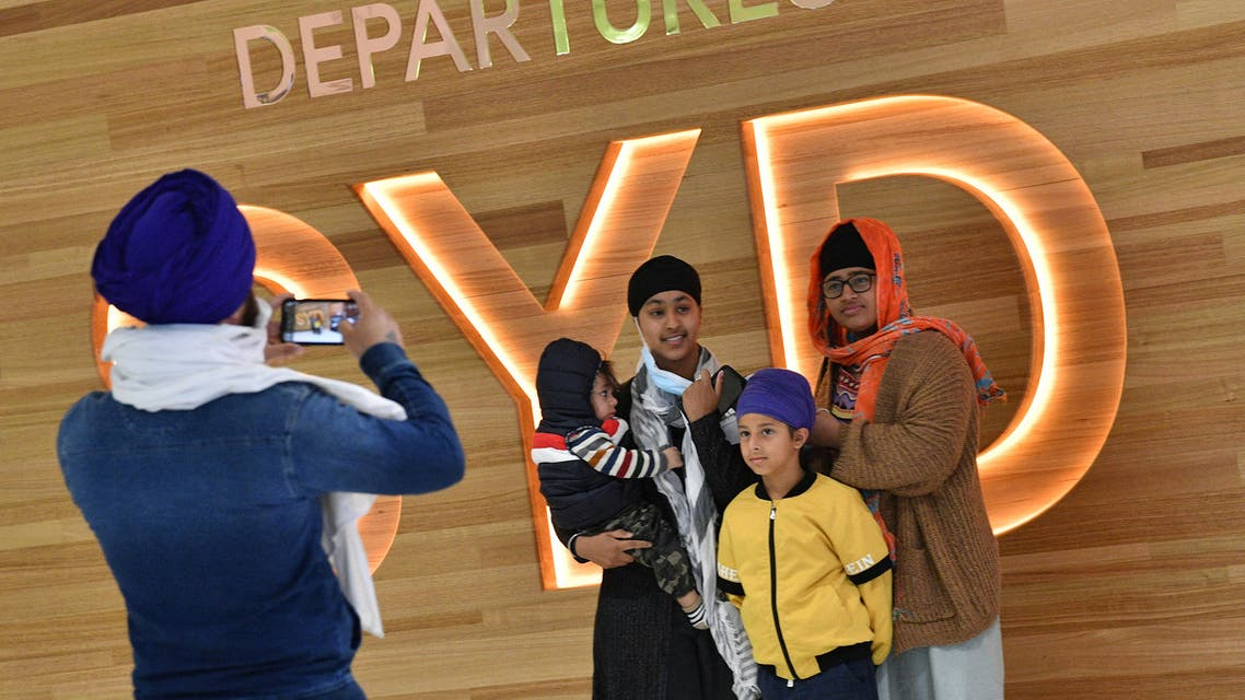 A family takes photos before their flight for New Zealand at Sydney International Airport on April 19, 2021, as Australia and New Zealand opened a trans-Tasman quarantine-free travel bubble. (File photo: AFP)