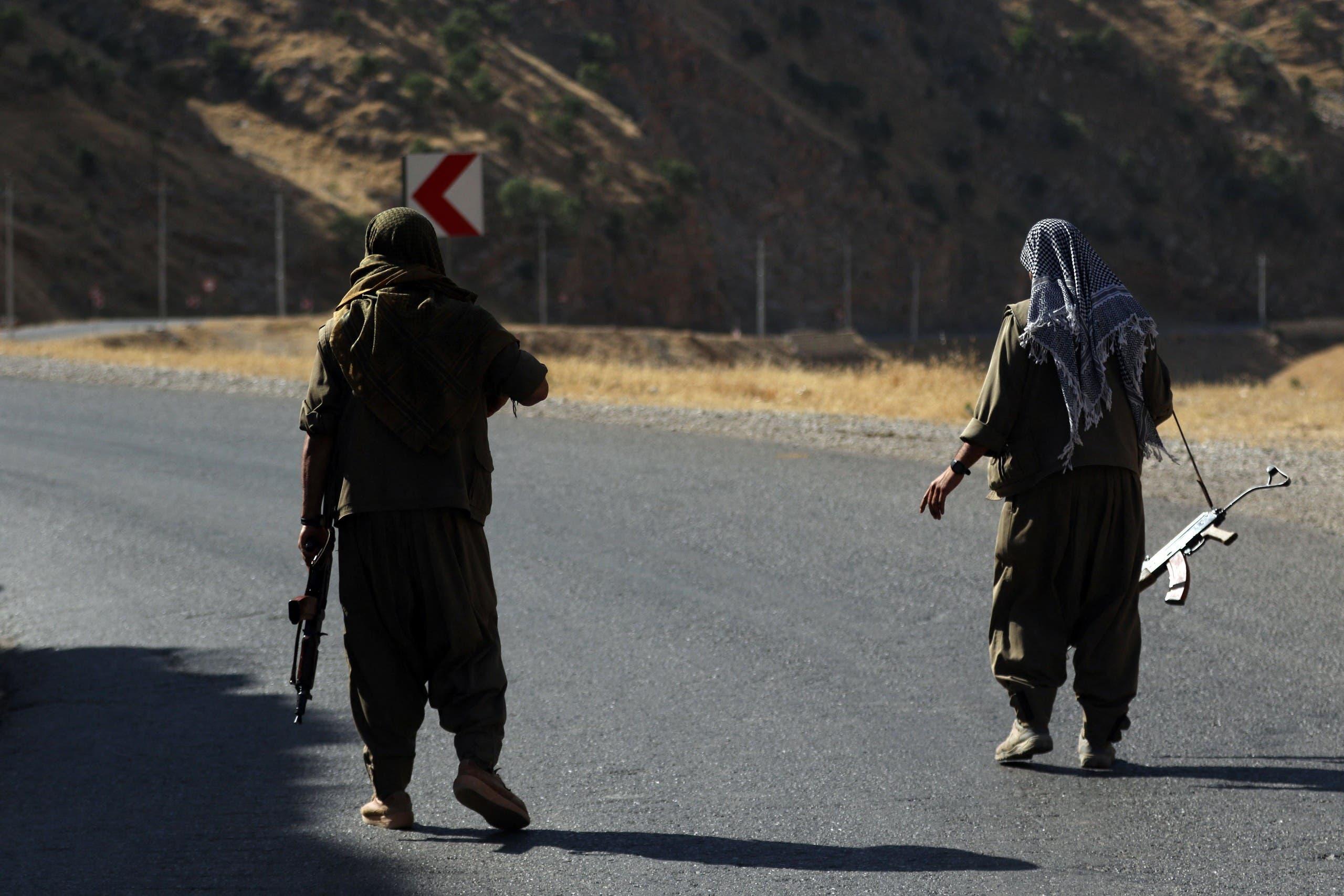 مقاتلان من حزب العمال الكردستاني في شمال العراق (أرشيفية)