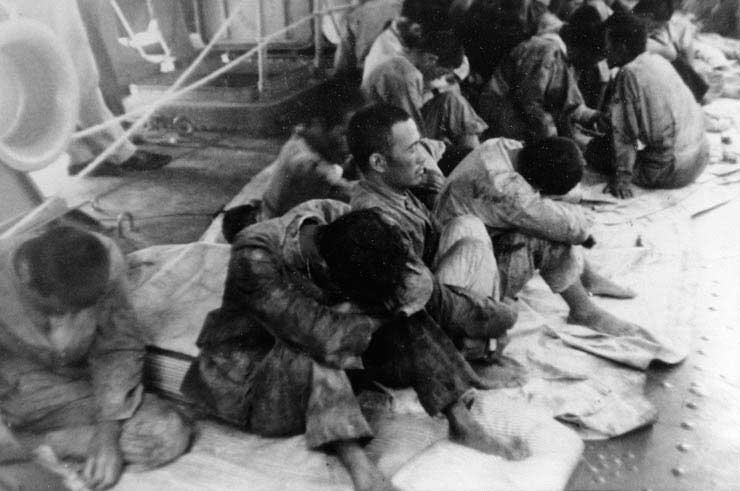 صورة لأسرى يابانيين خلال معركة ميدواي