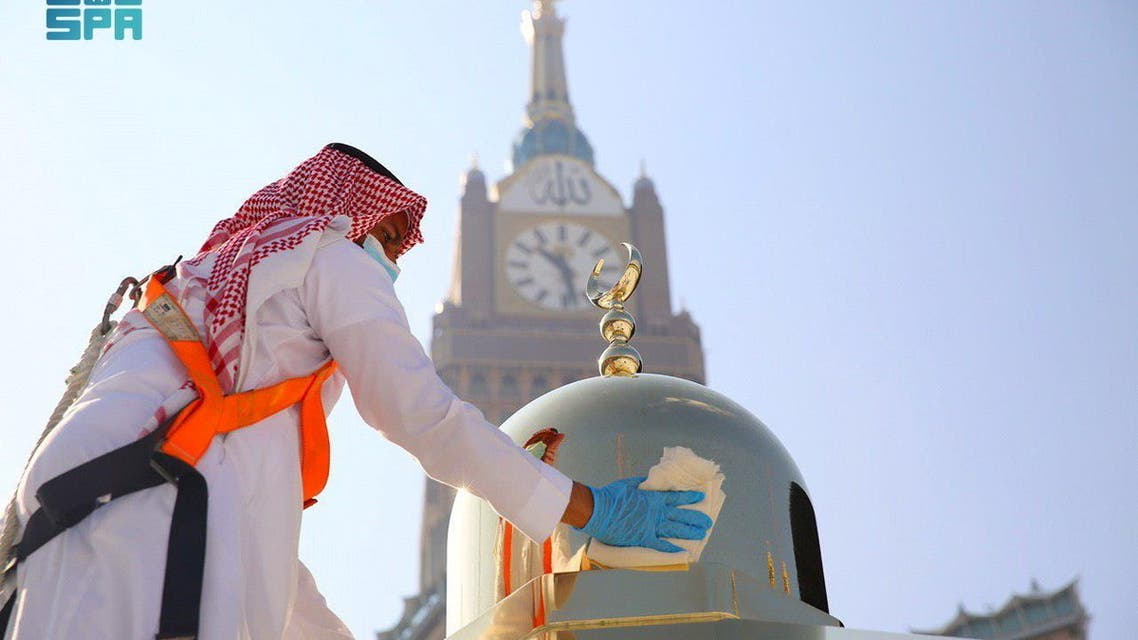An official from the office of the President General of the two Holy Mosque Affairs cleans and scents the Kabaa in the Grand Mosque, in the holy city of Mecca, Saudi Arabia, April 14, 2021. Saudi Press Agency/Handout via REUTERS ATTENTION EDITORS - THIS PICTURE WAS PROVIDED BY A THIRD PARTY