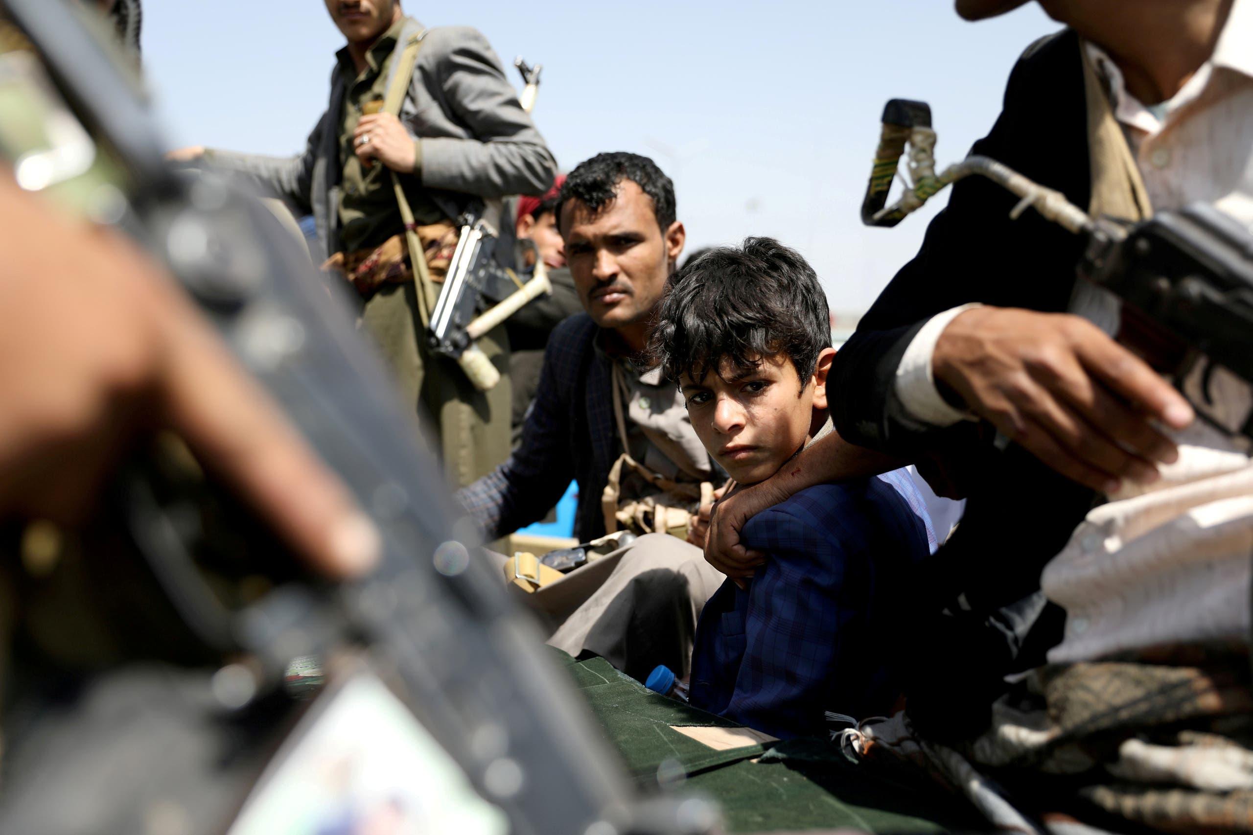 طفل بين مسلحين حوثيين في صنعاء