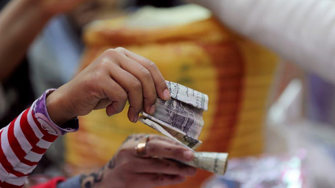 مشترون في أحد المحلات بالقاهرة (رويترز)