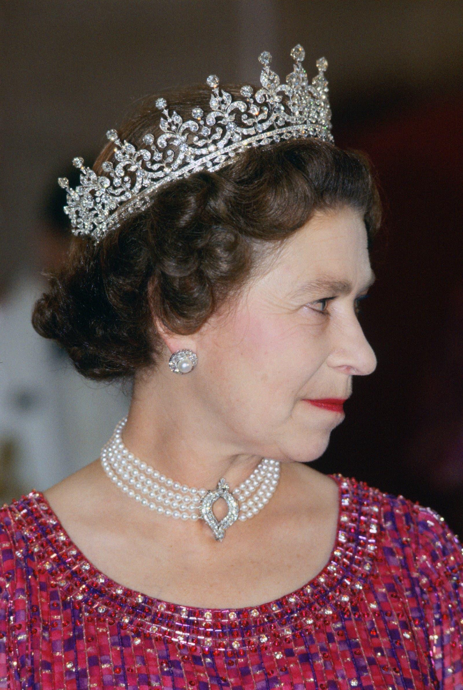 الملكة إليزابيت ترتدي العقد نفسه خلال زيارة إلى بنغلادش في العام 1983