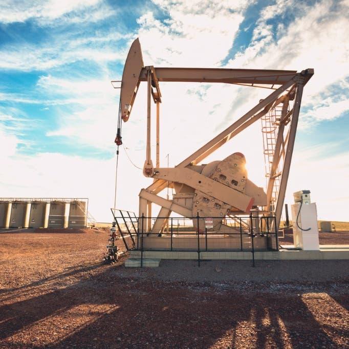 النفط يغلق فوق 70 دولارا بعد تسجيله أعلى مستوى في 15 شهرا