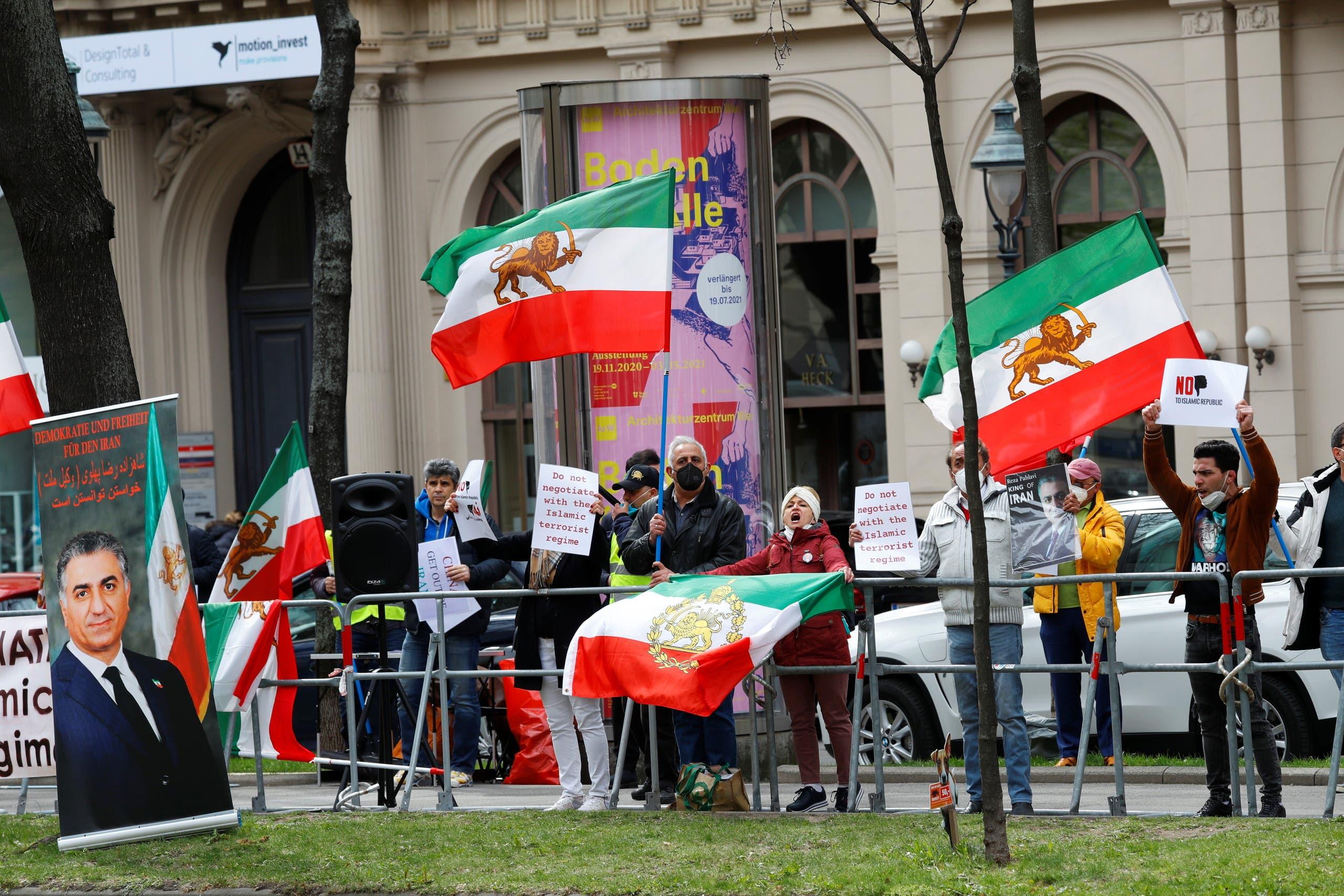 معارضون  أمام الفنددق حيث تجري المباحثات حول نووي إيران في فيينا (أرشيفية- رويترز)