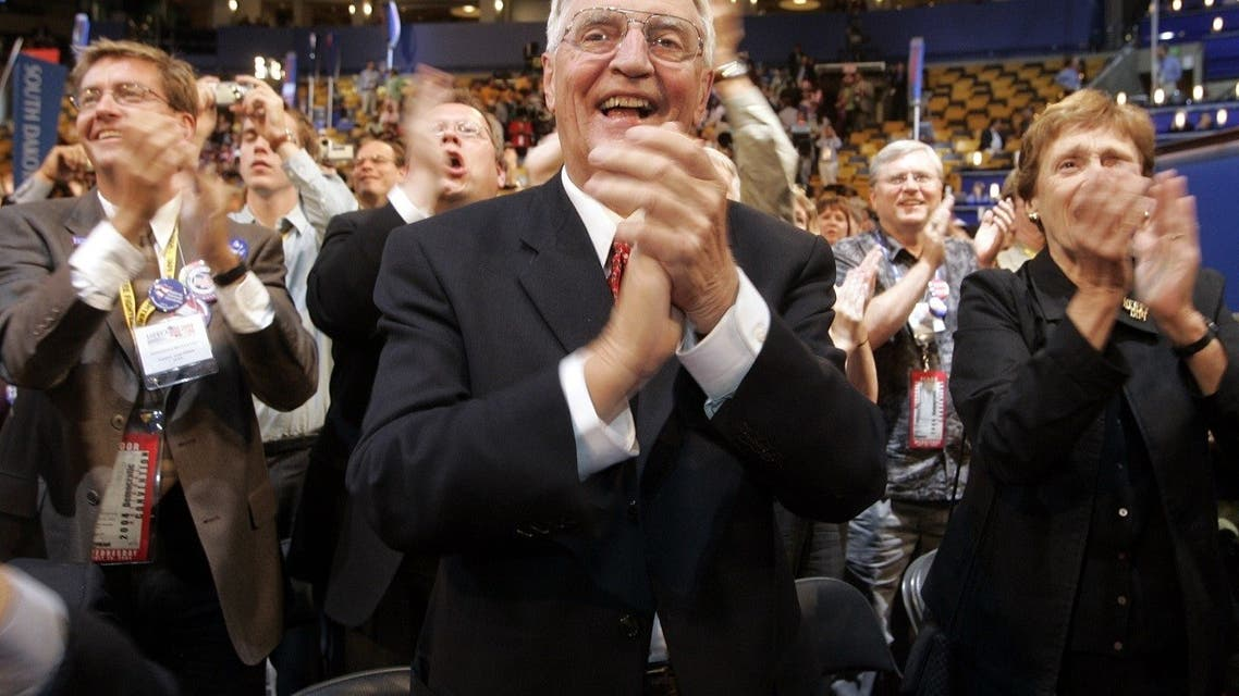 Former Vice President Walter Mondale (C) applauds at the Democratic National Convention in Boston, Massachusetts on July 28, 2004. (Reuters)