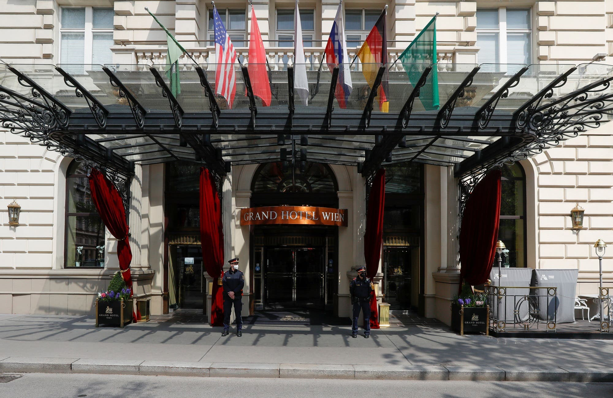 من الفندق حيث اجتمعت اللجنة المشتركة لخطة العمل المشتركة الشاملة في فيينا يوم 20 أبريل