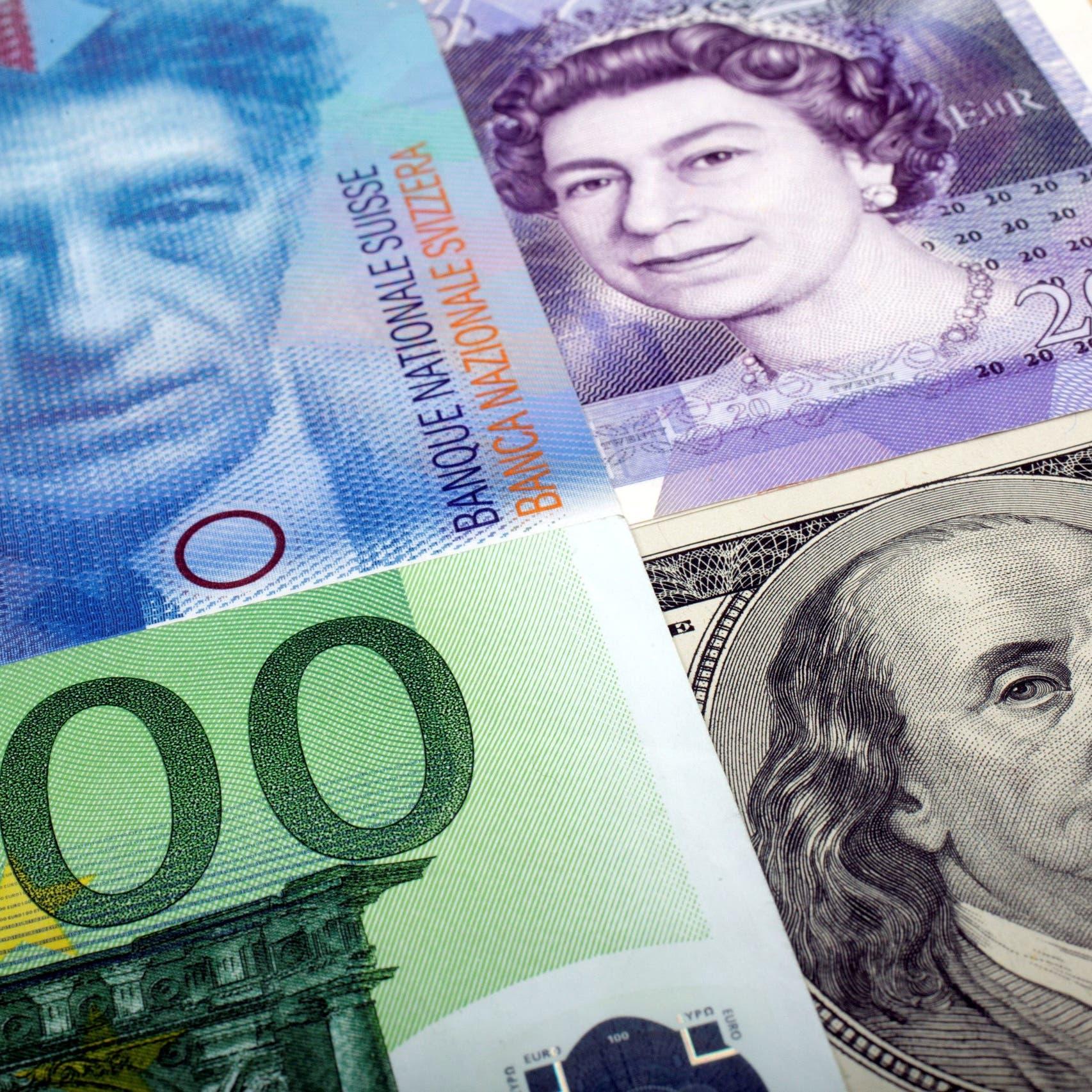 الدولار يقاوم في ظل انخفاض عوائد السندات الأميركية