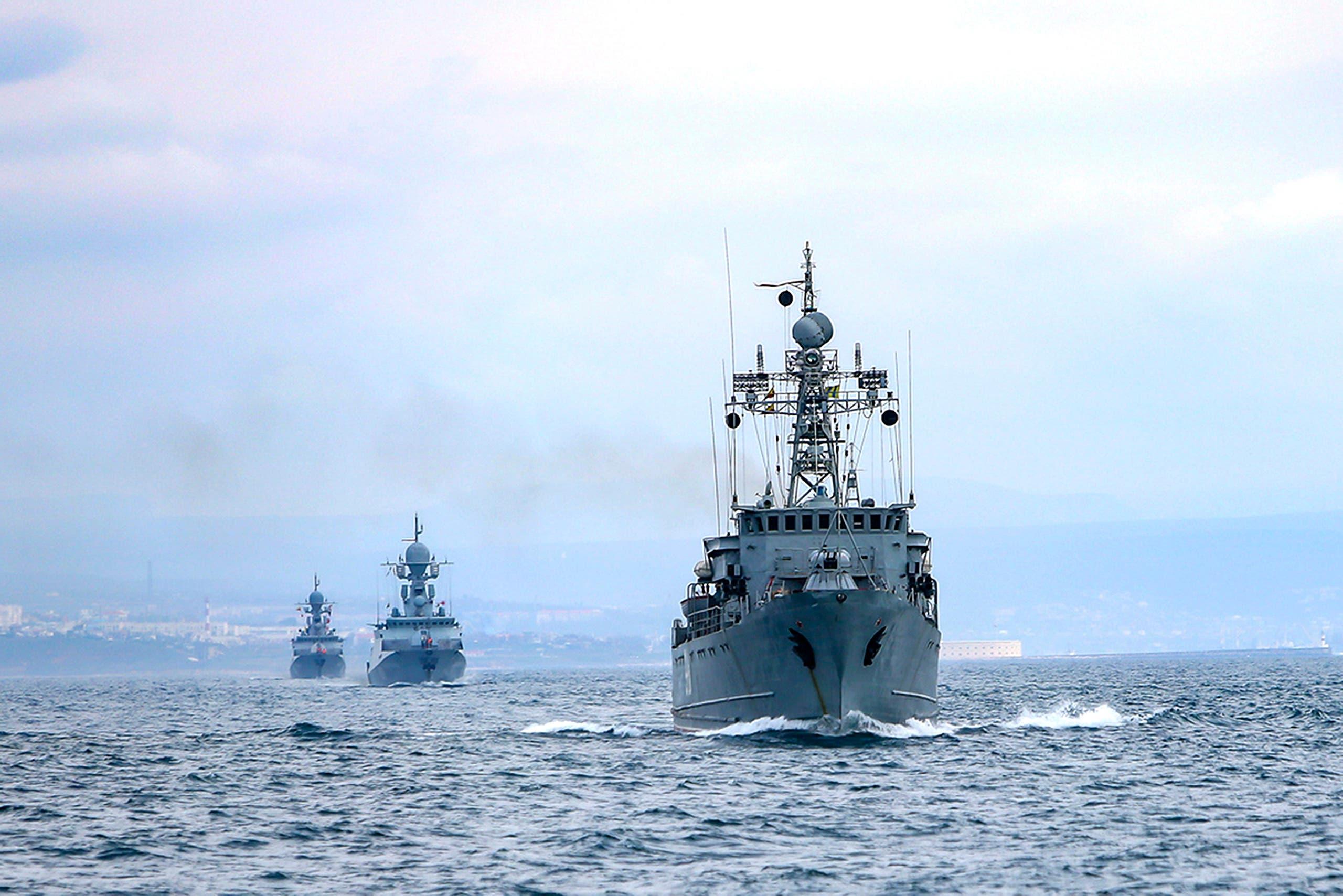 سفن البحرية الروسية خلال مناورات بحرية في البحر الأسود يوم 14 أبريل (أسوشيتد برس)