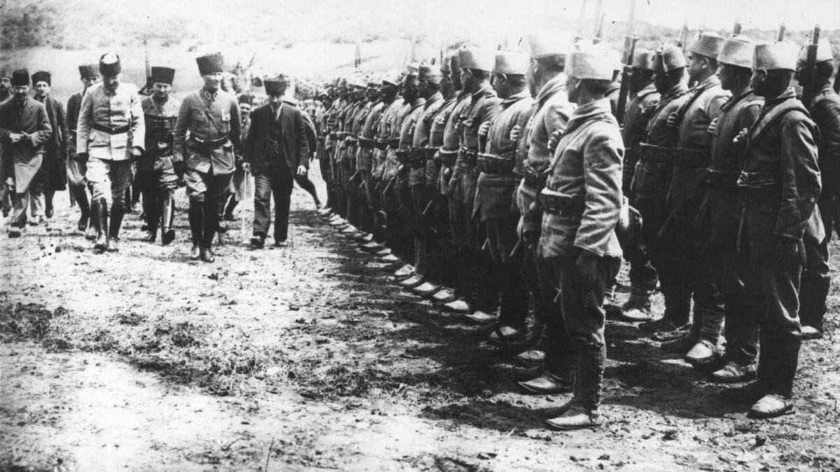 صورة تجسد أتاتورك اثناء تفقده لجنوده عام 1922