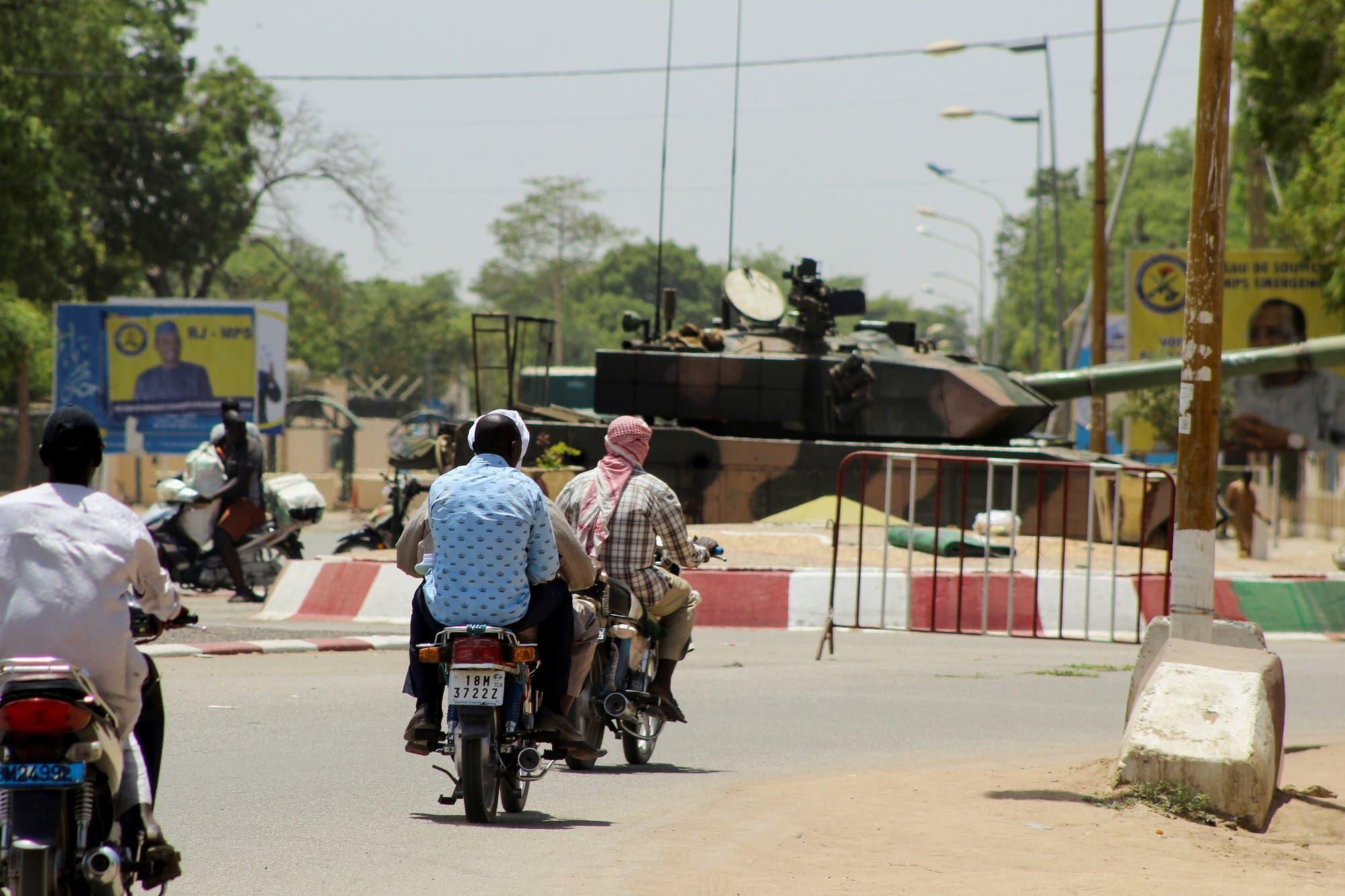 دبابة تابعة للجيش التشادي بالقرب من القصر الرئاسي الثلاثاء