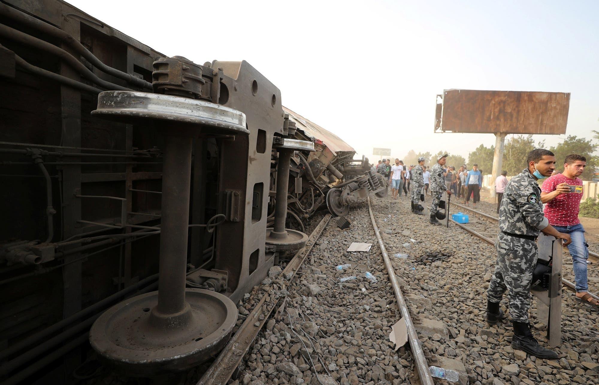 من موقع حادث القطار في محافظة القليوبية شمال القاهرة الأحد