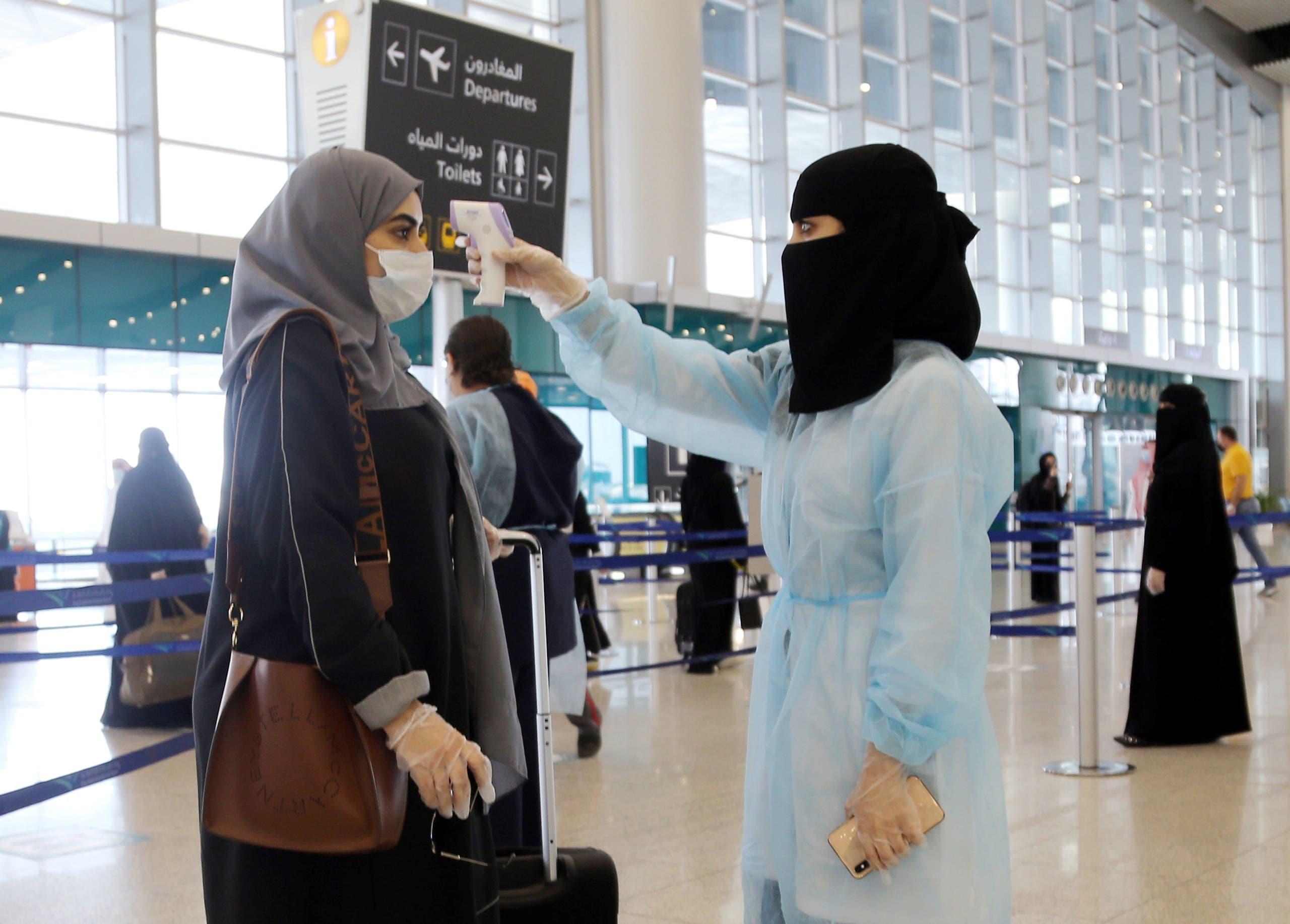 A security woman checks the temperature of a woman at Riyadh International Airport, after Saudi Arabia reopened domestic flights, following the outbreak of the coronavirus disease (COVID-19), in Riyadh, Saudi Arabia May 31, 2020. (File photo: Reuters)