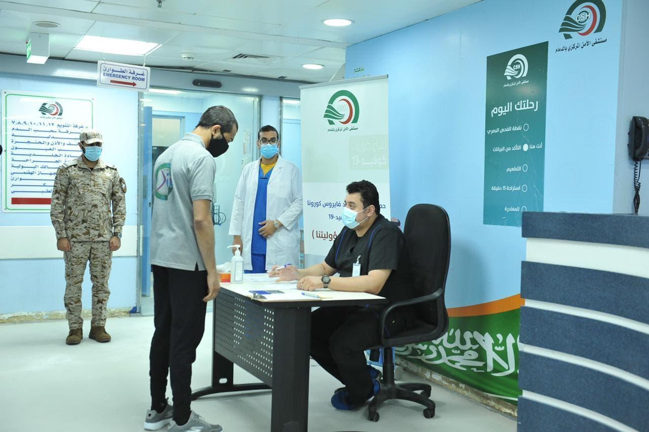 أحد الموقوفين يجري إجراءات تلقي اللقاح