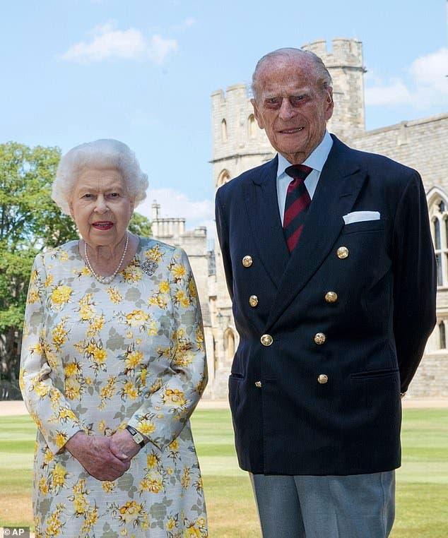 الأمير فيليب إلى جوار الملكة إليزابيث