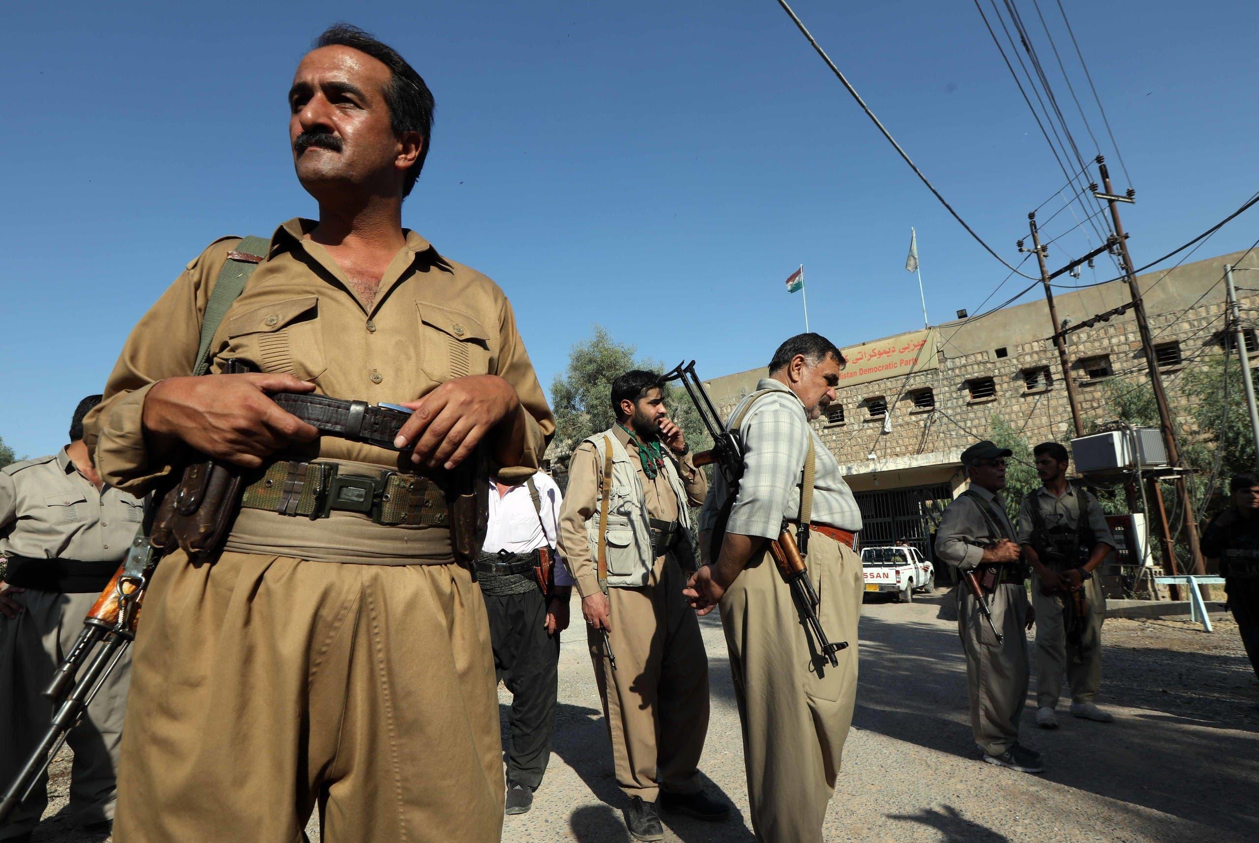 مقاتلون من الحزب الكردستاني الديمقراطي الإيراني قرب مقر للحزب في اربيل بالعراق