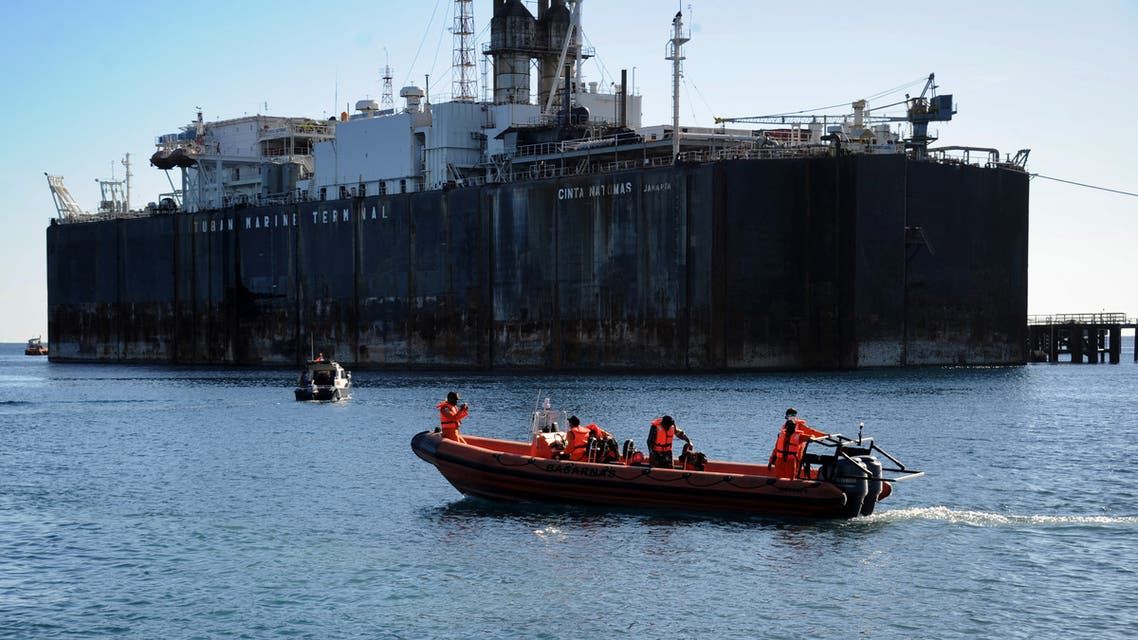 Members of the Indonesia Rescue Agency prepare to take part in the search operation for an Indonesian Navy submarine that went missing during military exercises off the coast of Bali, at Celukan Bawang port in Buleleng province on April 22, 2021. (File photo: AFP)