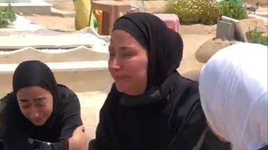 دموع ودماء.. أسرة قتيلة الكويت تبكي على قبرها