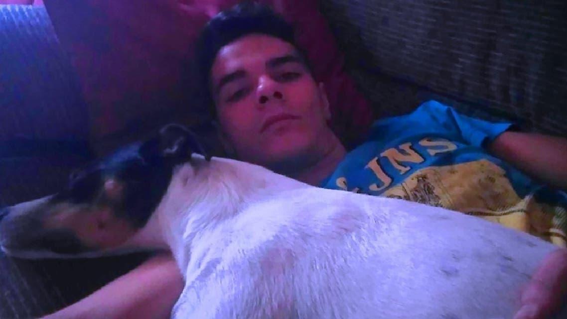 الابن القاتل ألبيرتو سانشس غومس، وكلبه