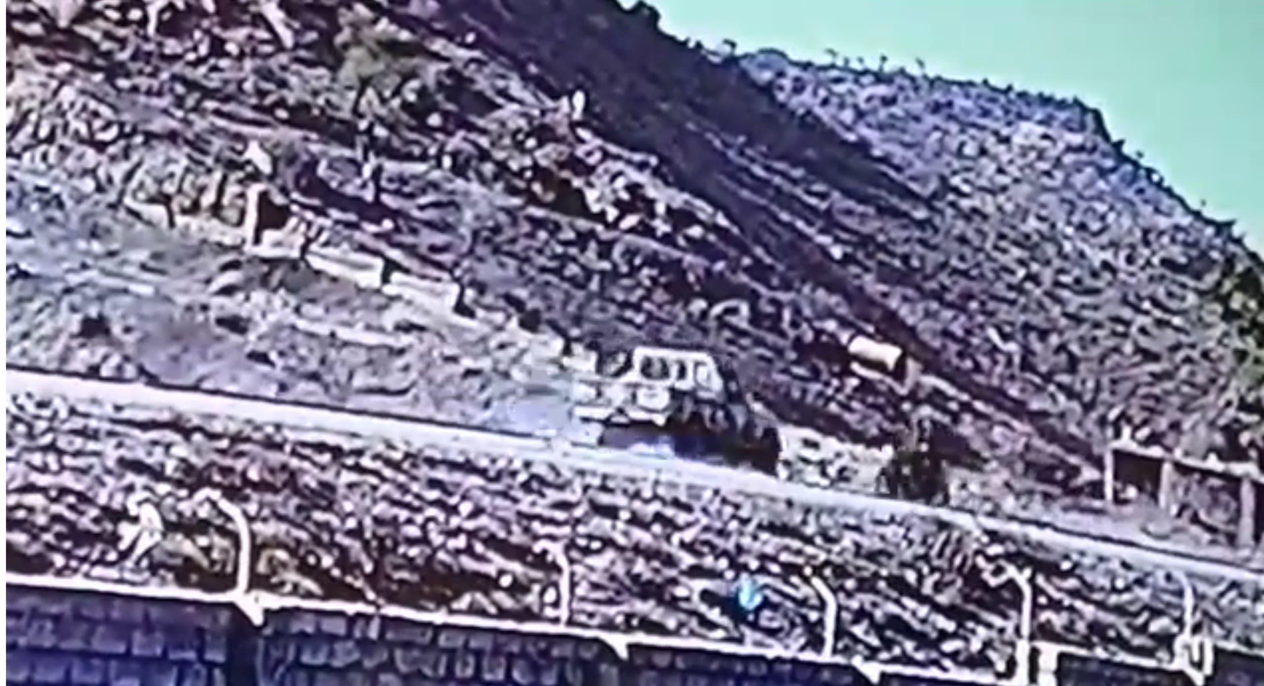لقطة من فيديو يظهر حادثة الدهس على إحدى طرقات تعز