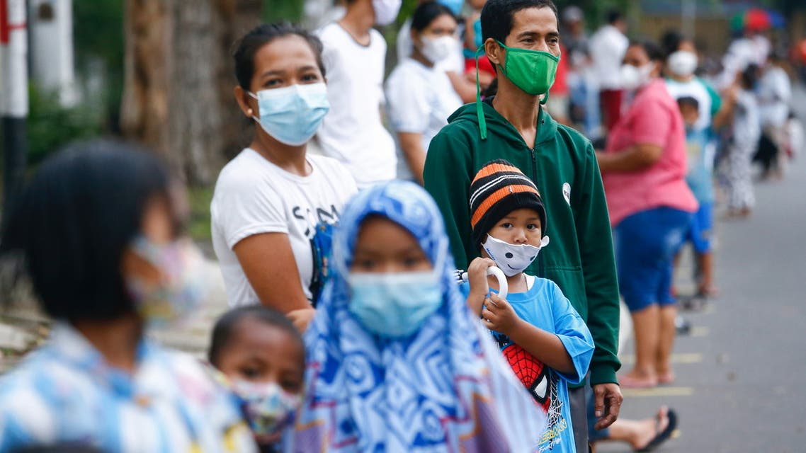 People wearing protective masks stand in line to receive a free meal to break the fast during the holy fasting month of Ramadan amid the coronavirus disease (COVID-19) pandemic in Jakarta, Indonesia, April 15, 2021. (File photo: Reuters)