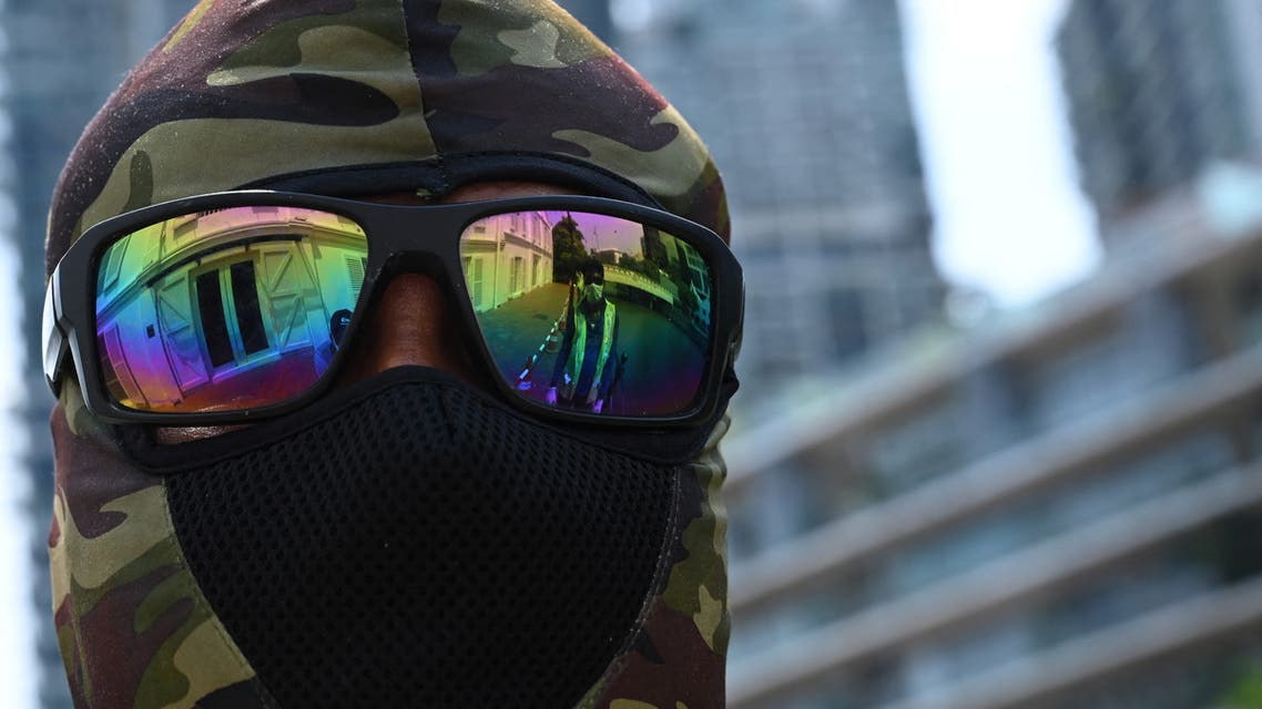 A migrant worker wears a face mask as a preventive measure against the spread of the COVID-19 coronavirus, while working along the Singapore River in Singapore on May 19, 2020. (File photo: AFP)