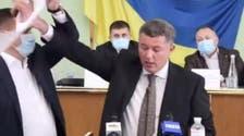 """شاهد.. لافتة """"روسية"""" تتسبب بعراك بين نائبين أوكرانيين"""