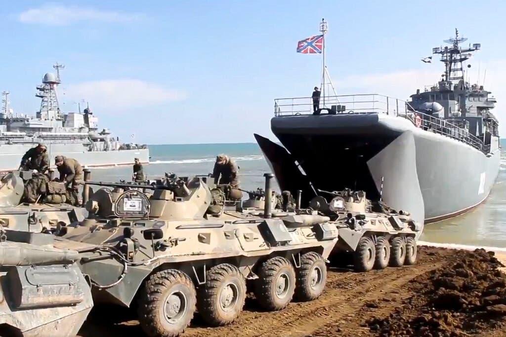 آليات عسكرية وقوات روسية بالقرم