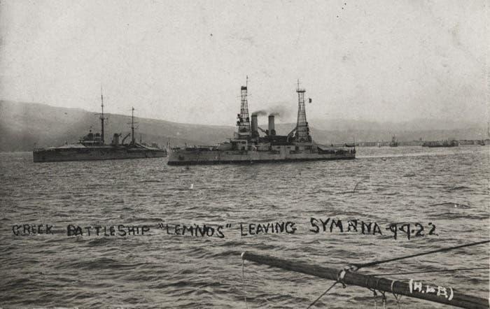 سفن حربية يونانية عند مغادرتها لسميرنا