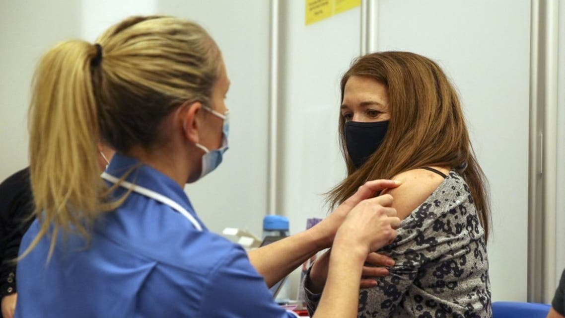 من أحد المراكز الصحية لتلقي لقاح كورونا في لندن - فرانس برس