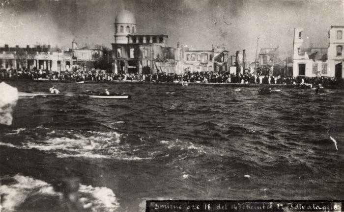 صورة التقطت من بارجة حربية أميركية قبالة سواحل سميرنا وتبرز العدد الهائل من اليونانيين الفارين من الحريق