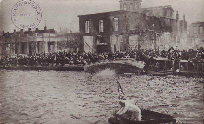 جانب من اليونانيين عند ميناء سميرنا في انتظار المساعدة