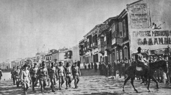 القوات التركية عند دخولها لسميرنا