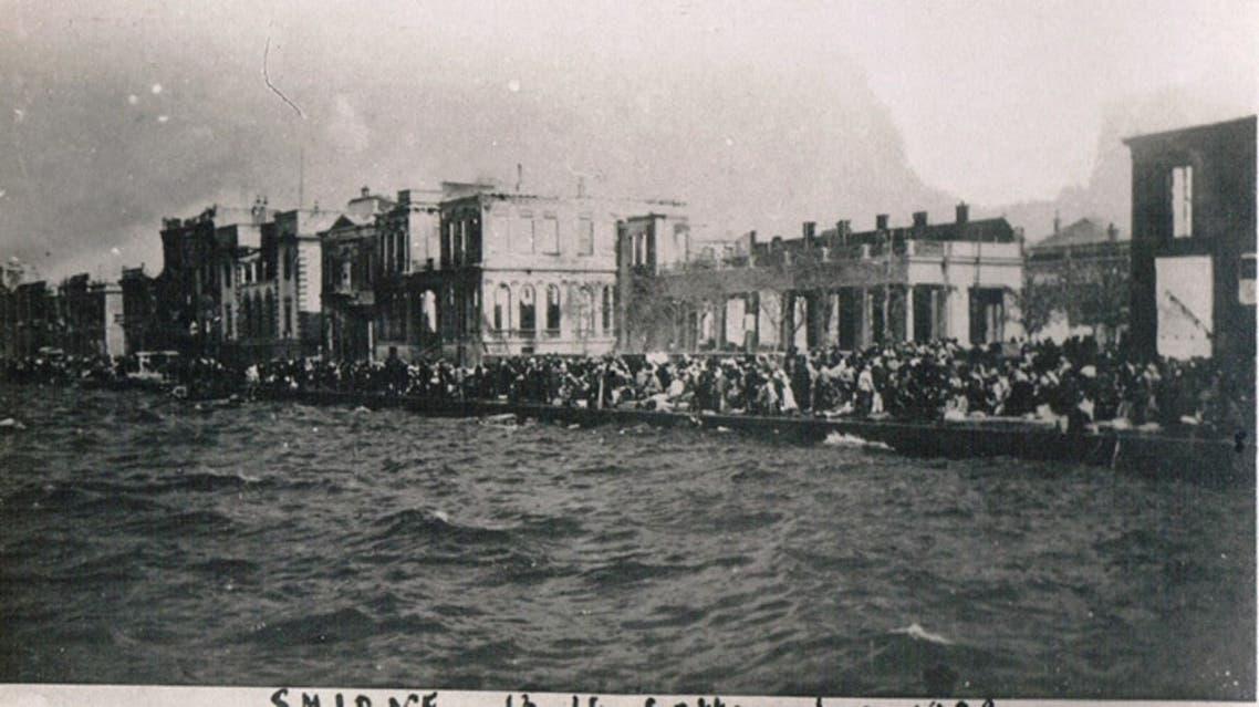 صورة لأعداد كبيرة من اليونانيين والأرمن عقب تجمعهم قرب الميانء هربا من حريق سميرنا