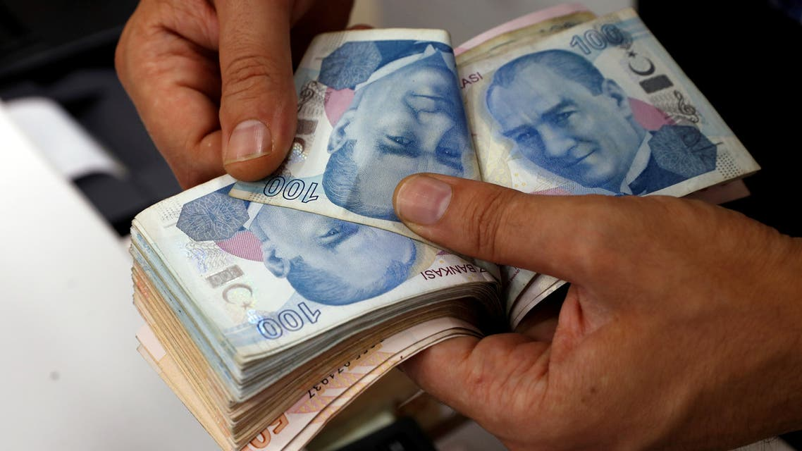A money changer counts Turkish lira banknotes at a currency exchange office in Istanbul, Turkey August 2, 2018. (File photo: Reuters)