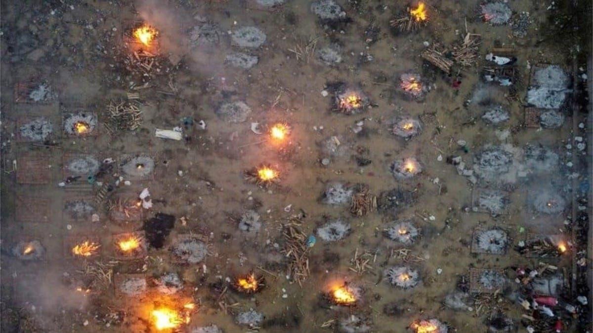صور مروعة بالهند.. طوابير طويلة لحرق جثث ضحايا كورونا
