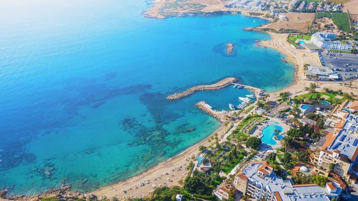 قبرص تبدأ الشهر المقبل استقبال السياح المحصنين ضد كورونا