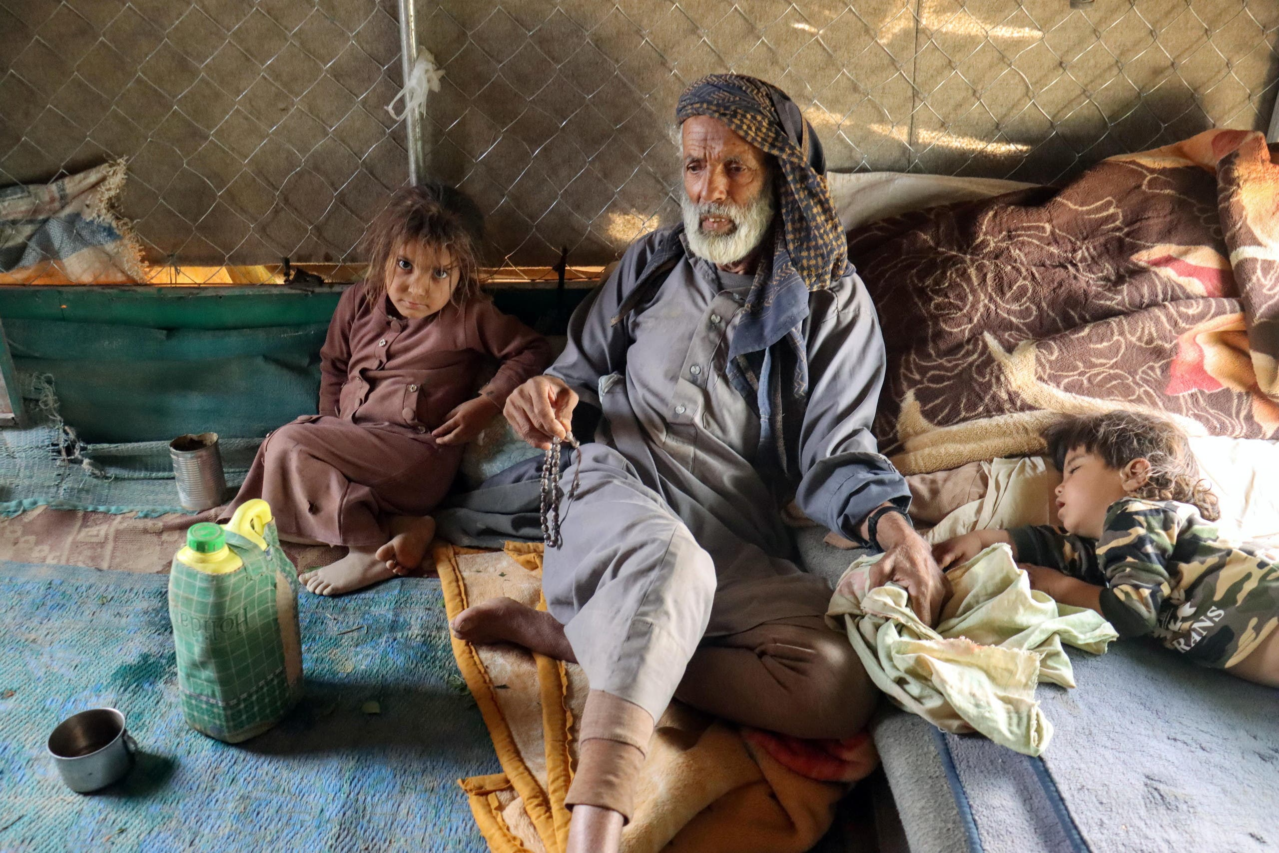 مسن وطفل نازحان في مأرب بسبب الهجوم الحوثي