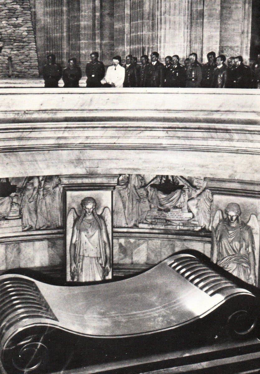 صورة لهتلر وهو يتأمل قبر نابليون بونابرت أثناء زيارته لباريس