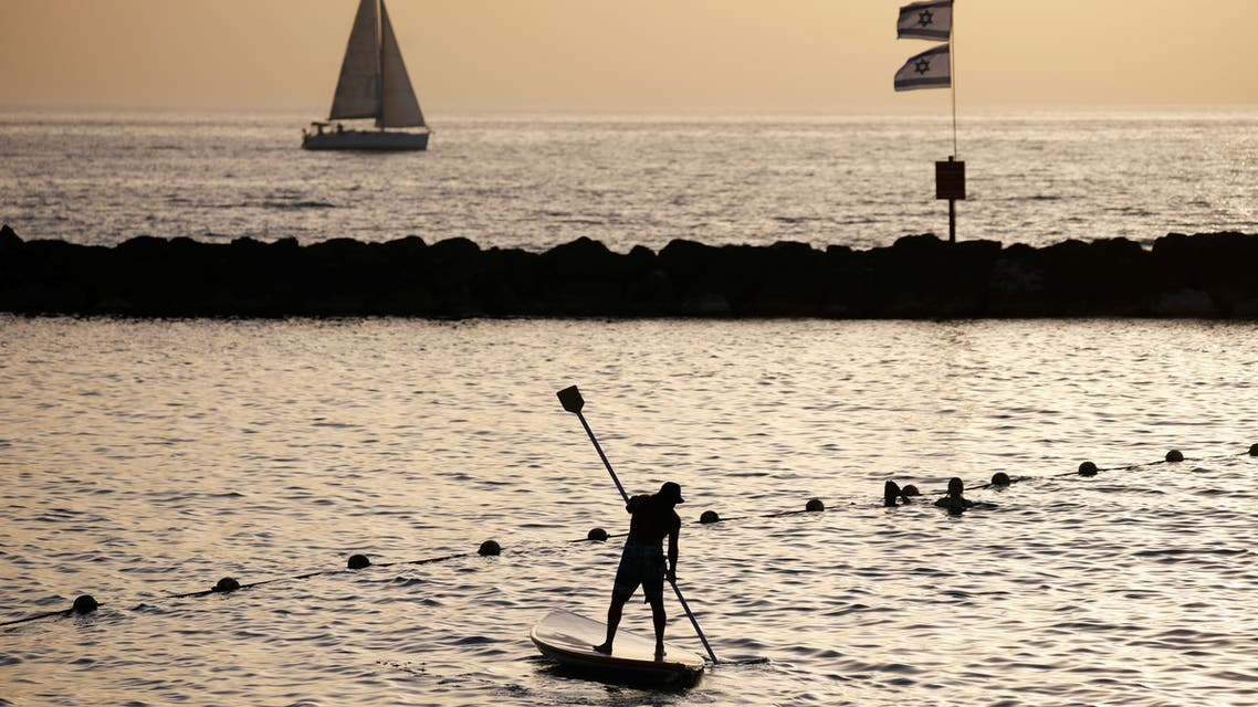 A man rows in the water of the Mediterranean sea in Tel Aviv as coronavirus disease (COVID-19) restrictions ease in Israel May 21, 2020. (File photo: Reuters)