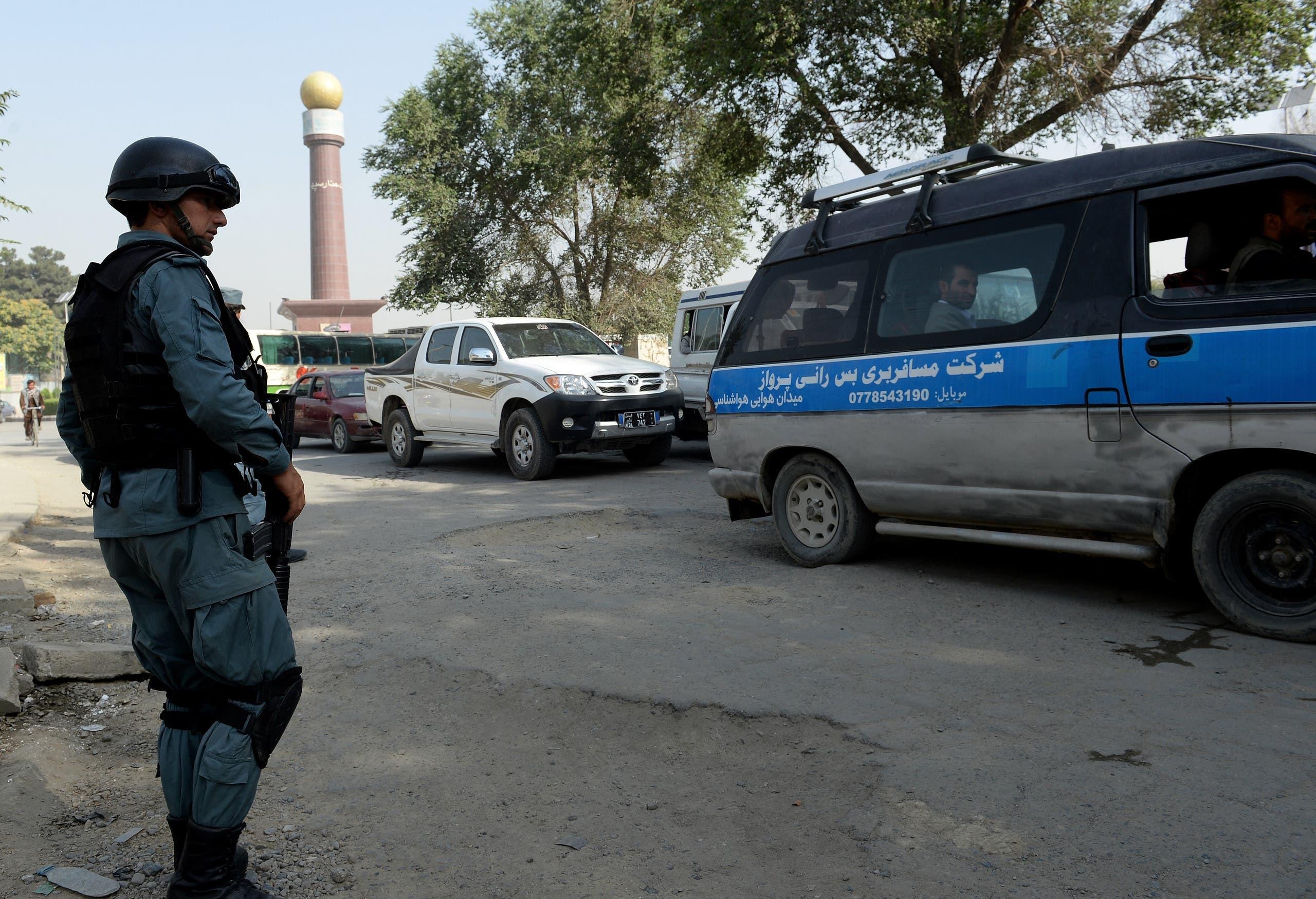 شرطي أفغاني في مركز أمني قرب السفارة الأميركية في كابول (أرشيفية)