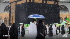 بالصور.. أمطار غزيرة تستقبل المعتمرين في المسجد الحرام