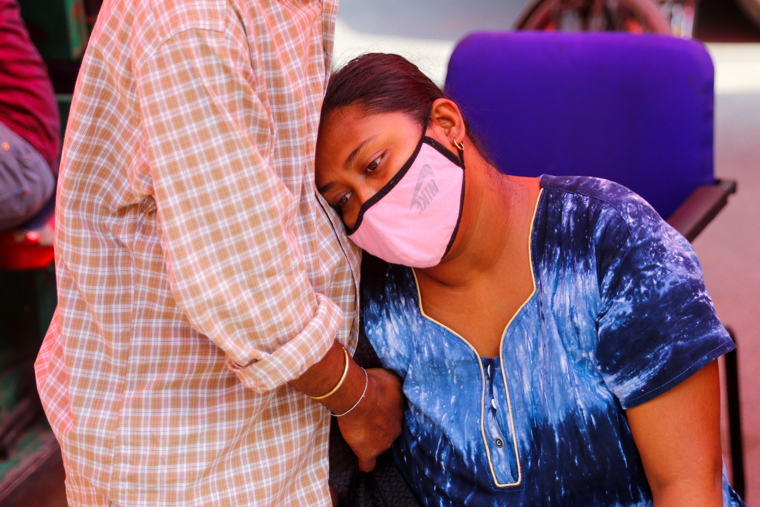 سيدة مصابة بكورونا تعاني من ضيق في التنفس وتنتظر للحصول على الأوكسيجين في إحدى مناطق الهند