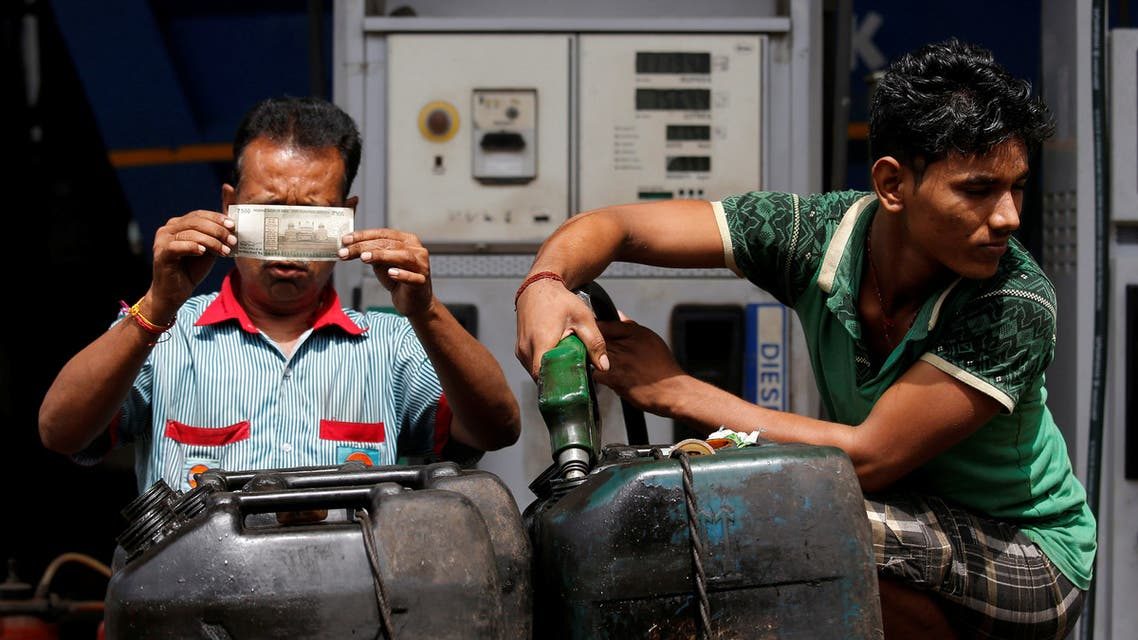 محطة وقود في الهند (رويترز)