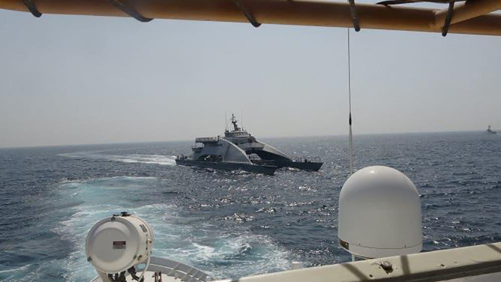 صورة نشرها الجيش الأميركي تظهر تحرش زورق للحرش الثوري الإيراني بسفينة أميركية