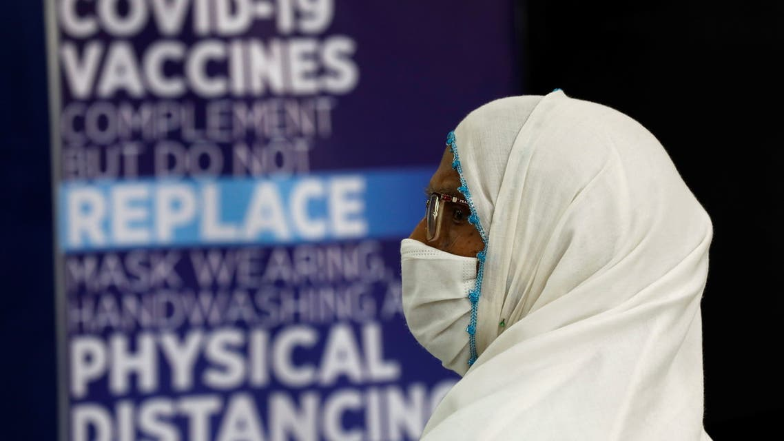 An elderly resident sits in a waiting area after receiving a dose of the coronavirus disease (COVID-19) vaccine, at a vaccination center in Karachi, Pakistan April 1, 2021. (File photo: Reuters)