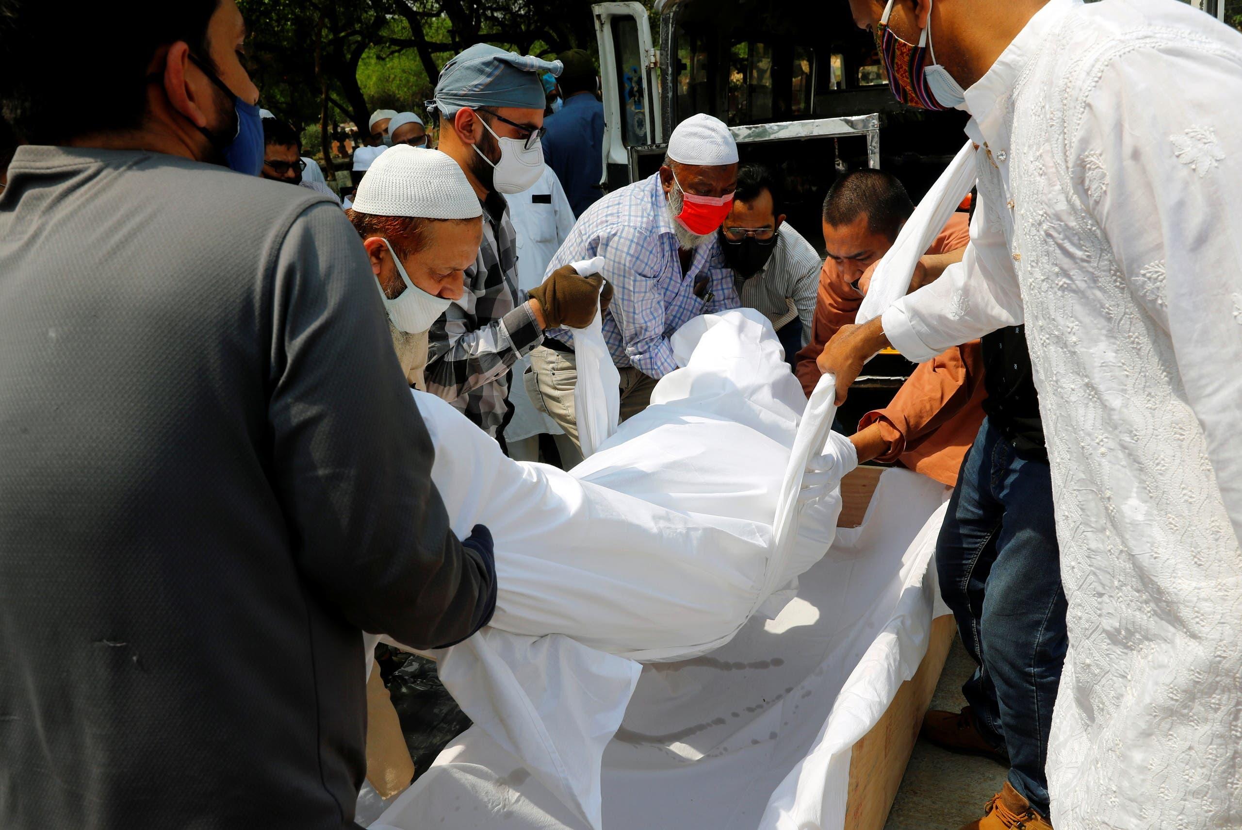 دفن رجل توفي بكورونا في نيودلهي