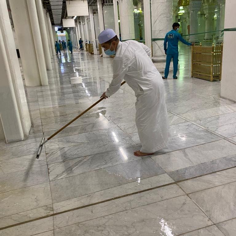 صورة وزير ينظف الحرم المكي تخطف الأضواء