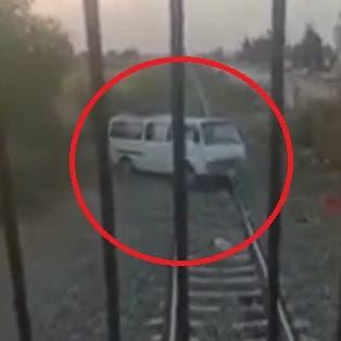 مسلسل الرعب يتكرر في مصر.. سائق قطار يفاجأ بباص متعطل