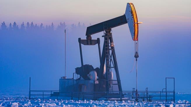 أسعار النفط تتأرجح بين ارتفاع الإصابات وانخفاض المخزونات